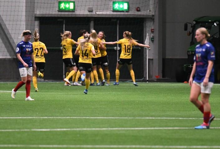 Lillestrøm-jentene kunne tilslutt juble over en 2-0-seier. Foto: Christian Boger
