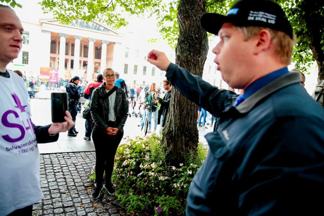 Samfunnsdebattant Guro Sibeko ser på den danske politikeren Rasmus Paludan, som besøker Selvstendighetspartiets valgbod på Karl Johans gate. Foto: Håkon Mosvold Larsen / NTB scanpix
