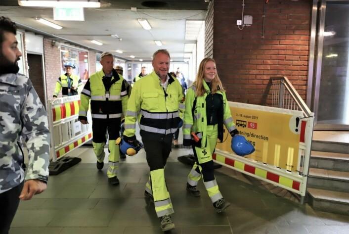 Byggeleder Stina Gjøen Simensen tok med seg byrådseder Raymond Johansen inn i tunnelen for å vise hva som har blitt gjort i de to ukene T-banen mellom Tøyen og Helsfyr har vært stengt. Foto: André Kjernsli