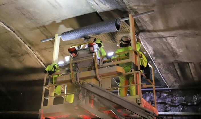 Noe av det som har blitt gjort i vedlikeholdsøyemed er å sikre tunnelen mot vannlekkasjer. Foto: André Kjernsli