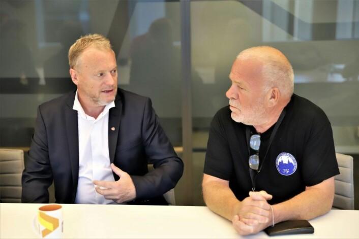 Leder i Sporveiens arbeiderforening, Rune Aasen (til høyre) fikk fortalt byrådsleder Raymond Johansen at de ansatte på Sporveien satte pris på at selskapet ikke ble delt opp. Foto: André Kjernsli