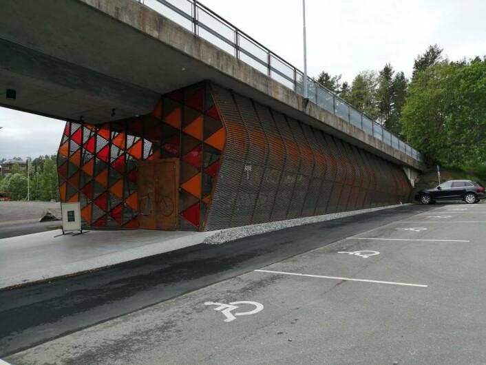 Sykkelhotellet er anlagt under brua. Foto: Yngve Styve