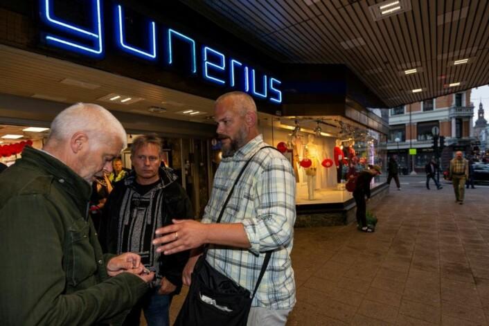 Petter Eide (til venstre) blir instruert av Dag Torp i hvordan sterilt brukerutstyr kan redde liv. I midten, Arild Knutsen. Foto: Morten Lauveng Jørgensen