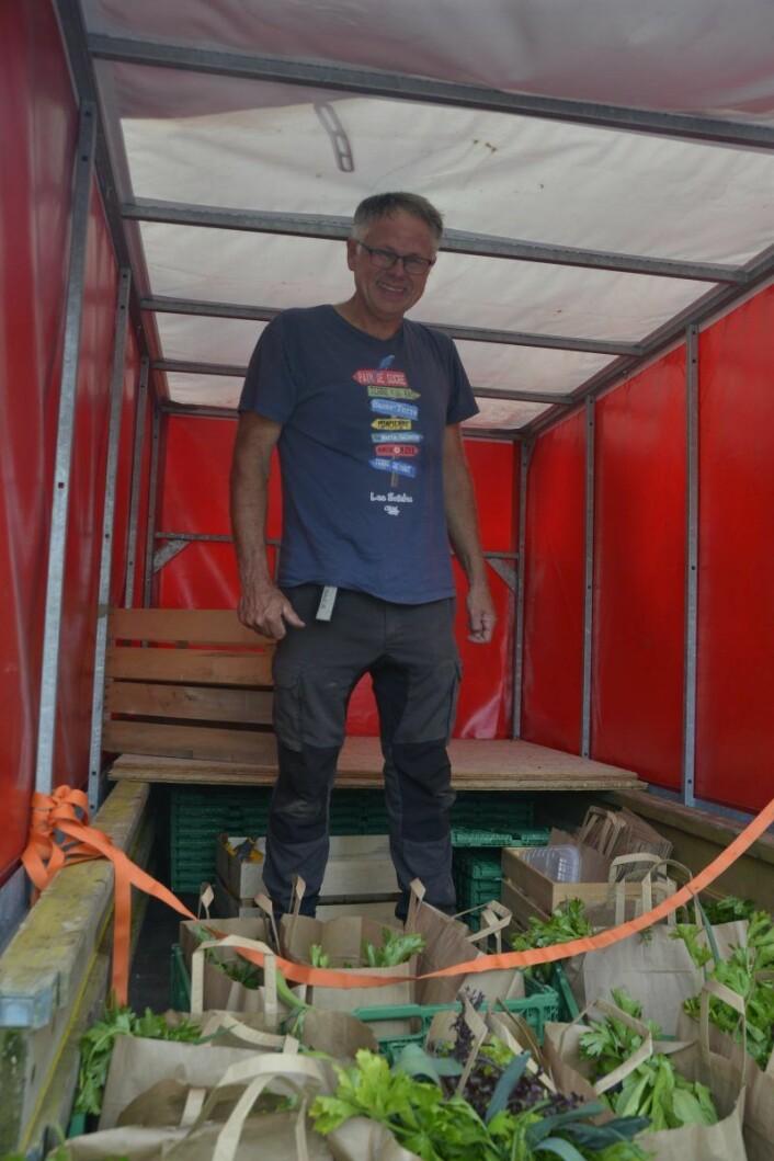 Martin Bøhn Pedersen fra Korslund gård på Minnesund er fornøyd med å ha levert ut over 100 grønnsaksposer. Han kunne ikke levere mer, for 7. september skal han ha fest med selvplukk og band. Foto: Gustav S. Nyquist