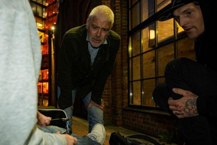 Foreningen for Human Narkotikapolitikk har delt ut sterilt brukerutstyr, og nå gjør Tony klar en dose for seg og kjæresten. Foto: Morten Lauveng Jørgensen