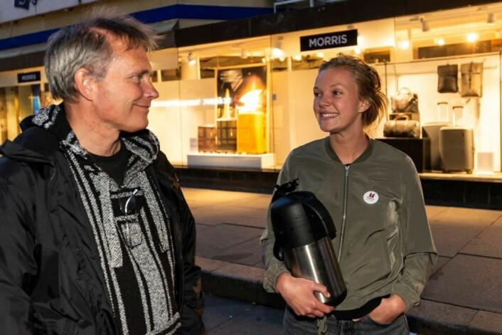 Ingvild Tveit fra Marita-kafeen var også ute. Hun er som en god samaritaner og deler ut varm sjokolade og kake i Brugata. Marita-kafeen er et tilbud for de mest slitne som trenger en matbit eller et sted å sitte. Her snakker hun med Arild Knutsen. Foto: Morten Lauveng Jørgensen