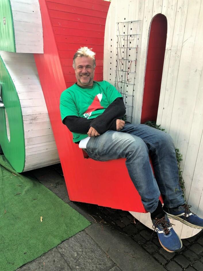 Arvid Ellingsen viser meg hvordan han kan sitte i Oslo-logoen. Foto: Hans Bastian Borg