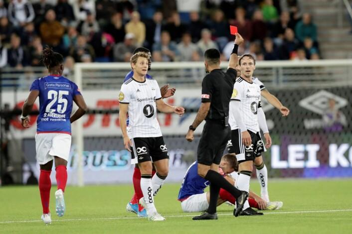 Mike Jensen ble utvist da Rosenborg gjestet Vålerenga søndag. Foto: Berit Roald / NTB scanpix