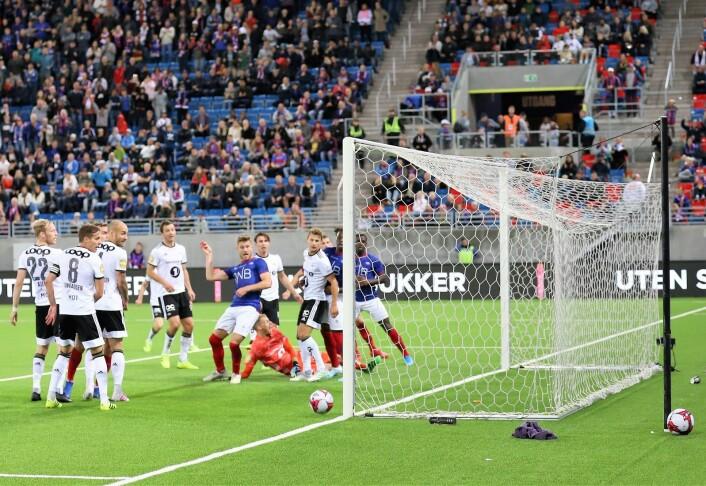 Her stanger Matthías Vilhjálmsson ballen i stanga på overtid. Så nære var VIF unna tre poeng. Foto: André Kjernsli