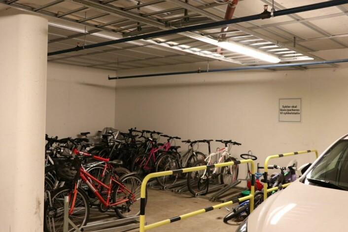 Sykkelgarasjen inne er helt full. Foto: Klimaetaten