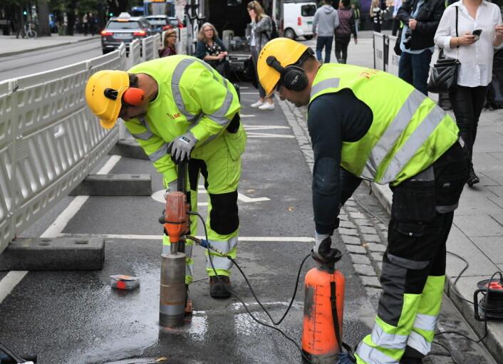 Mandag startet arbeidet med å plassere sensorer i asfalten ved HC-plassene utenfor Hotel Continental. Foto: Christian Boger
