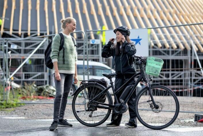 Tuva Løksle og Lan Marie Berg fra MDG har stått på for å få bilene bort fra plassen foran Kampen kirke. Foto: Olav Helland