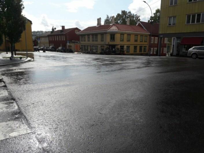 Thorbjørn Egners Plass er langt i fra et av byens mest trafikkerte kryss. Nå blir det mindre plass for bilene, og mer plass til mennesker. Foto: Anders Høilund