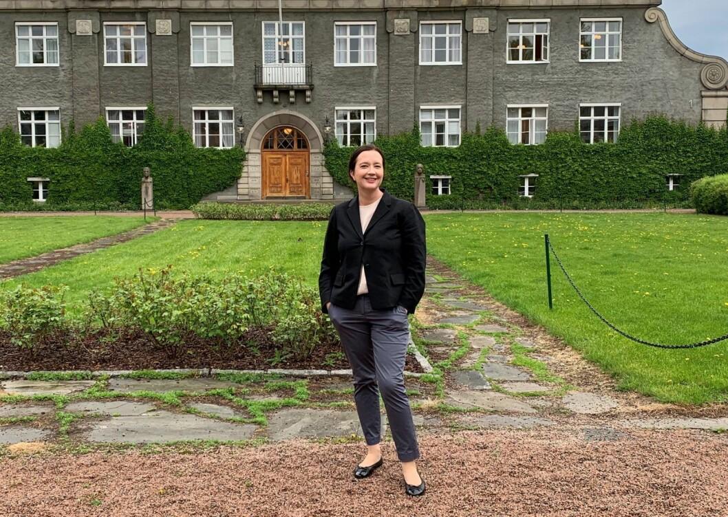 Høyres bystyrekandidat Anne Christine Kroepelien foran administrasjonsbygningen ved Veterinærhøyskolen. Når utdanningsinstitusjone har flyttet helt ut vil Høyre ha underjordisk flerbrukshall på tomta. Foto: Privat