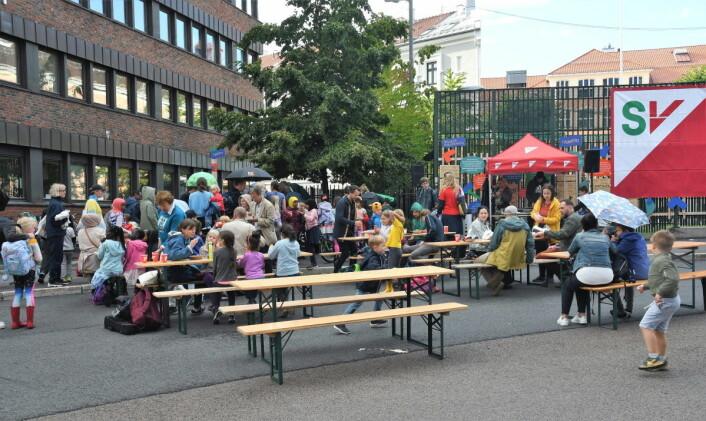 Tirsdag ettermiddag ble det holdt åpningsfest i Kolstadgata i regi av Gamle Oslo SV. Slike arrangementer håper en på det kan bli flere av i framtiden når den stengte gata blir en møteplass for nærmiljøet. Foto: Christian Boger