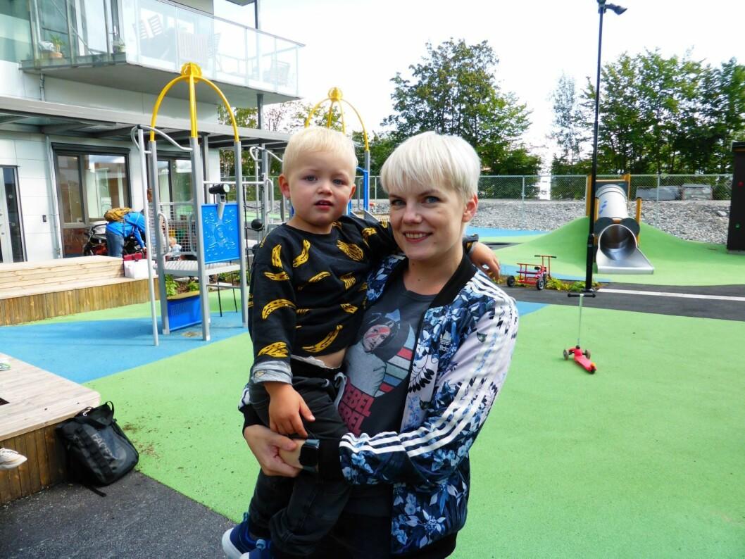 Mamma Kirsti Østvang og sønnen Jonathan er superlykkelige over å få en barnehage to minutter hjemmefra. Foto: Åsmund Berge