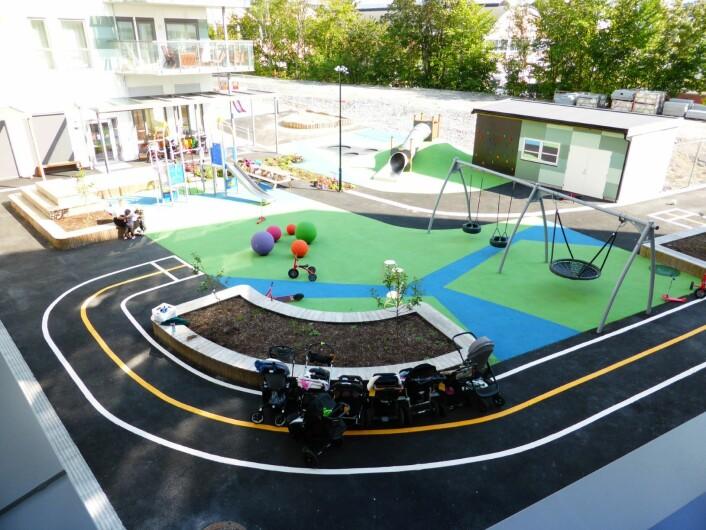 Lekeplassen på nye Petersborg barnehage, sett fra taket. Foto: Åsmund Berge