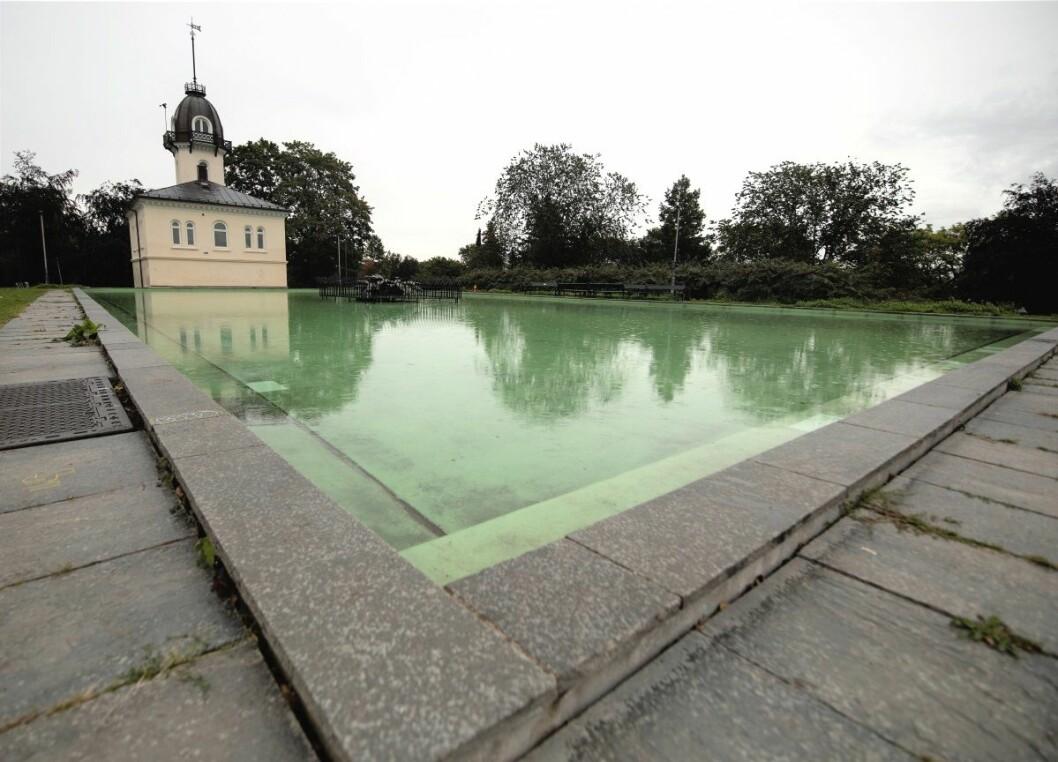 I hele sommer har vannbassenget i St. Hanshaugenparken stått tomt. Onsdag kom endelig vannet tilbake. Foto: Olav Helland