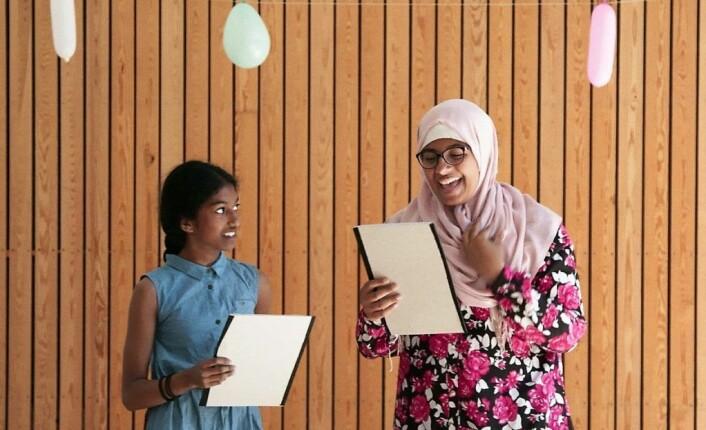 Nilani og Zahra finner glede i å stå på en scene sammen. Foto: NRK