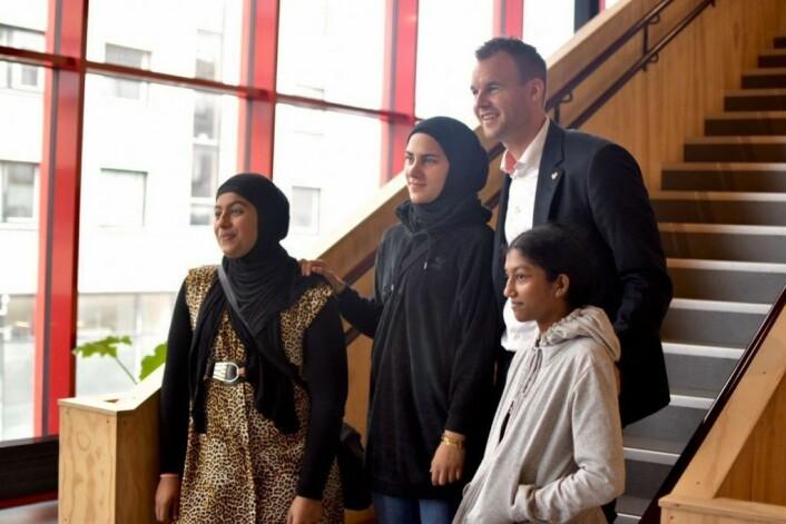Zahra, Nora og Nilani sammen med barne- og familieminister Kjell Ingolf Ropstad. Foto: NRK