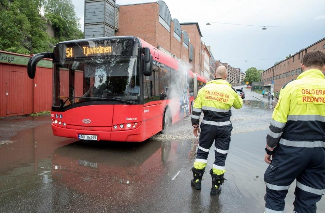 Oslos brannmannskaper har hatt mye å gjøre med flom og styrtregn hittil i år. Her fra en oversvømmelse i Maridalsveien ved Vulkan i juni.  Foto: Terje Pedersen / NTB scanpix
