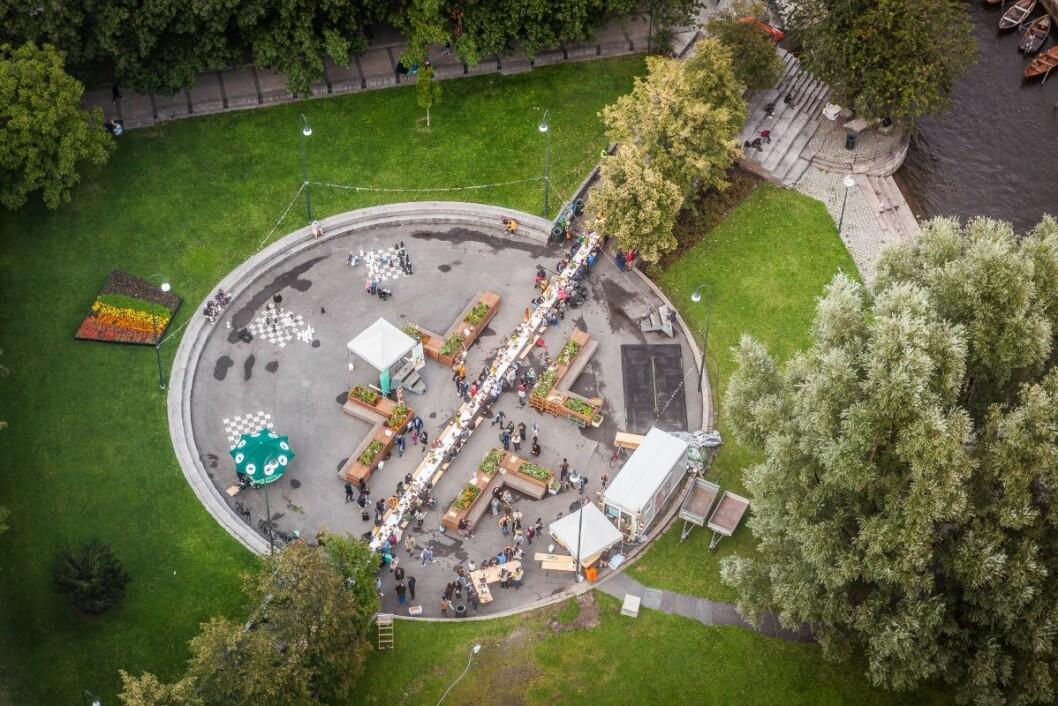 Oslos lengste langbord strakte seg langt over plassen. Foto: Iselin Kristiansen
