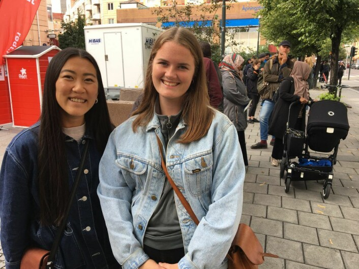 Anja Aagotnes (t.v.) var på besøk fra Bergen og måtte avlegge sin stemme i Oslo. Her sammen med venninnen Maria Bakke. Foto: Vegard Velle