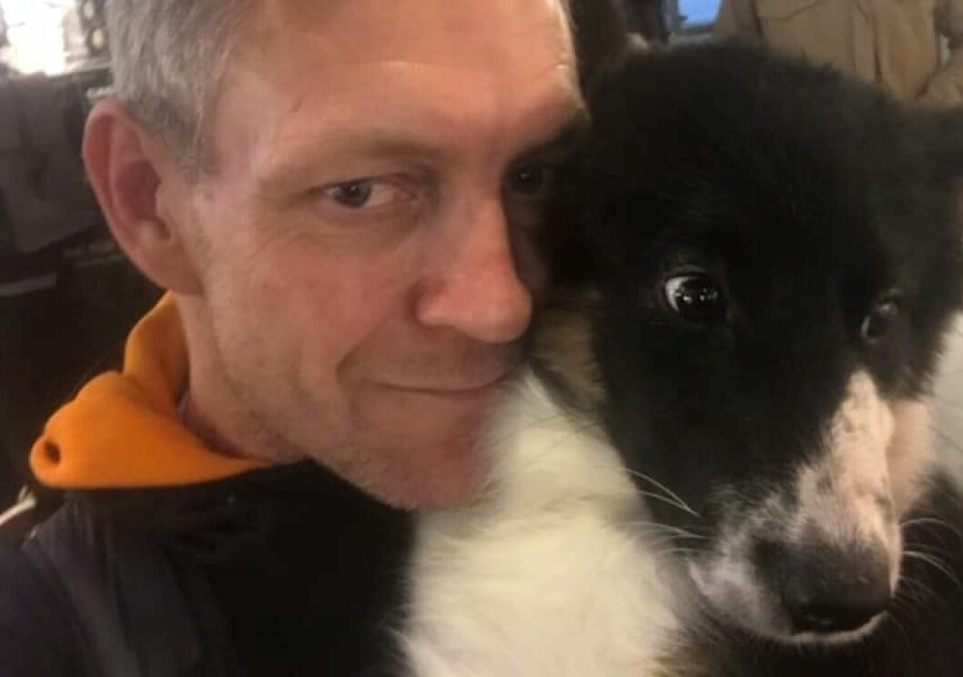 Hundeeier Nicolai var fortvilet over tyveriet av hunden Balder. Sammen med sin niese finsømmet han han byen. Foto: Privat