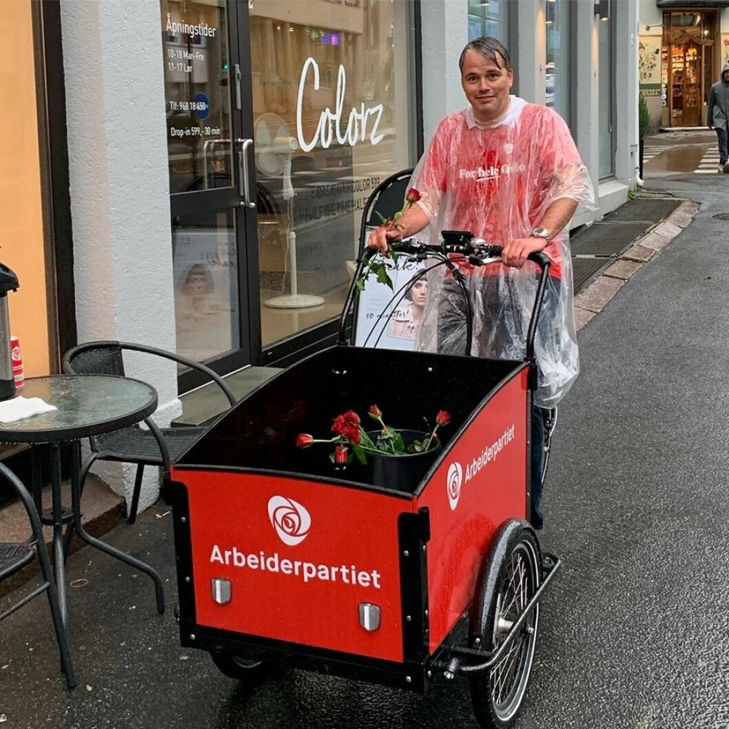 Arbeiderpartiet har drevet en aktiv valgkamp på St. Hanshaugen. Her er en av kandidatene ved bydelsvalget, Magnus Buflod, på roseutdeling i regnværet. Foto: Privat