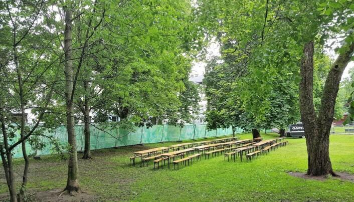 Til venstre sees gjerdet som sperret naboer ute fra parken mens festivalen Piknik i parken pågikk. Foto: Christian Boger