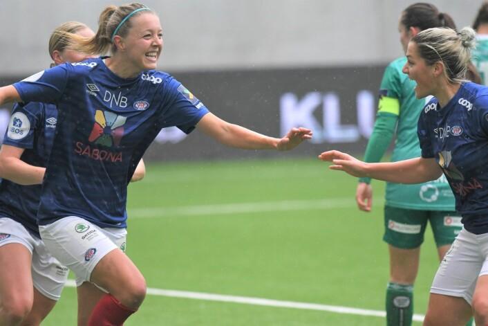Maruschka Waldus (t.v) jubler over å gi gitt Vålerenga-jentene ledelsen 1-0. Hun gratuleres av lagvenninne Dejana Stefanovic. Foto: Christian Boger