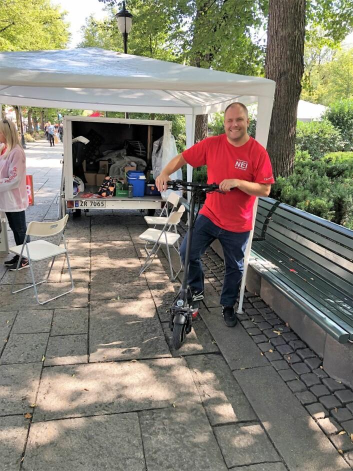 Thomas Bestorp i Folkeaksjonen Nei til mer bompenger er en jovial og fin type, men kjører elektrisk sparkesykkel!!