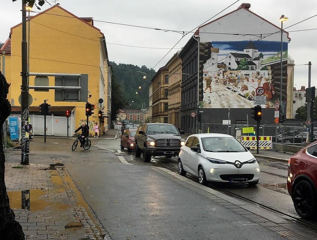 Når bilistene tar snarveien via Oslogate blir det kø så langt øyet rekker. Foto: Lars Toft-Eriksen