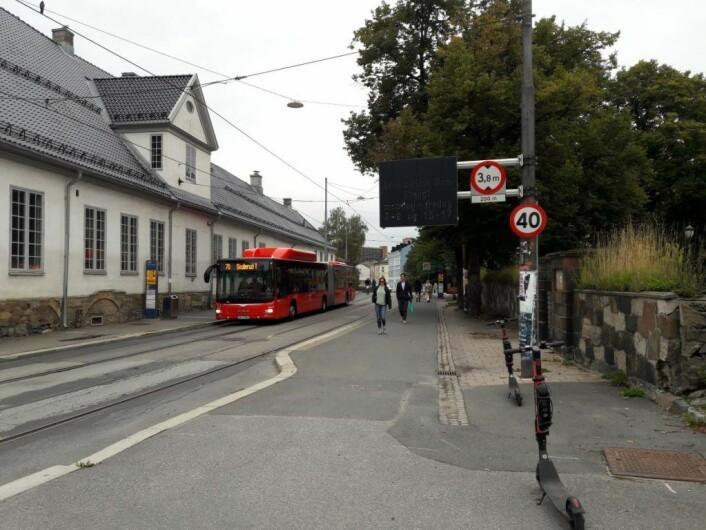 Skiltet i Oslo gate sier at veien er stengt med bom i rushtiden morgen og kveld. Når bommen likevel står åpen, er det ingen som bryr seg om skiltet. Foto: Anders Høilund