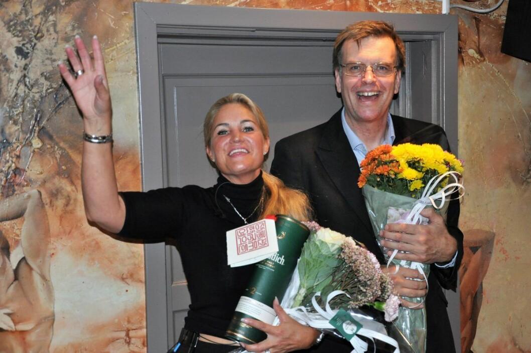 FNBs toppkandidater Cecilie Lyngby og Bjørn Revil jubler med blomster og en 12 år gammel whisky som Lyngby fikk i gave av en barndomsvenn. For seks måneder siden eksisterte ikke partiet i Oslo. Ved midnatt lå FNB an til å få  fire mandater i bystyret. Foto: Arnsten Linstad