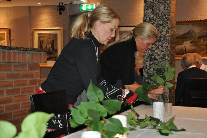 � Vi pynter valgvaken med blomster og planter fra min hage, sier FNBs sjettekandidat Britt Fossum (til v.). Cecilie Lyngby hjalp til med å få bordet pent på FNBs valgvake. Foto: Arnsten Linstad