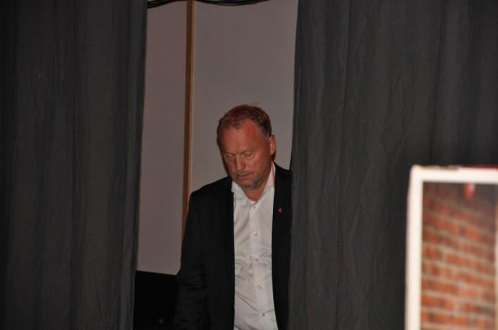 Raymond Johansen bak scenen i Folkets hus under valgvaken. Byrådslederen beholder makten, men har gjort et elendig valg i hovedstaden. Foto: Arnsten Linstad