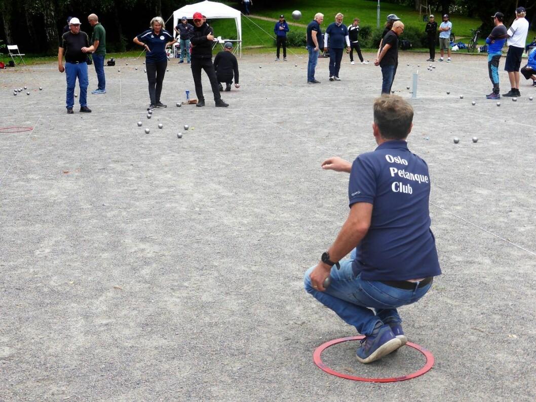 Lett å lære. Vanskelig å mestre. Oslo Petanque Club ønsker nye medlemmer velkommen til Frognerparken. Foto: Åsmund Berge