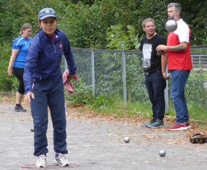Konsentrert spiller i verdenstoppen i aksjon i Frognerparken. Ranu Homniam kan vise til EM-bronse i petanque. Foto: Åsmund Berge
