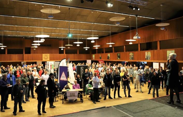 Over 60 utstillere og 700 besøkende tok turen til Fyll Dagene 2019. Her ønsker Guro Bergo, direktør i velferdsetaten, alle velkommen. Foto: André Kjernsli