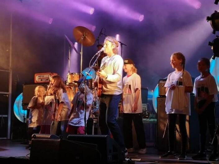 Vokalist Øystein Greni holdt like greit en appell for ungdommene og ønsket om en aktivitetspark. Foto: Geir Listhaug