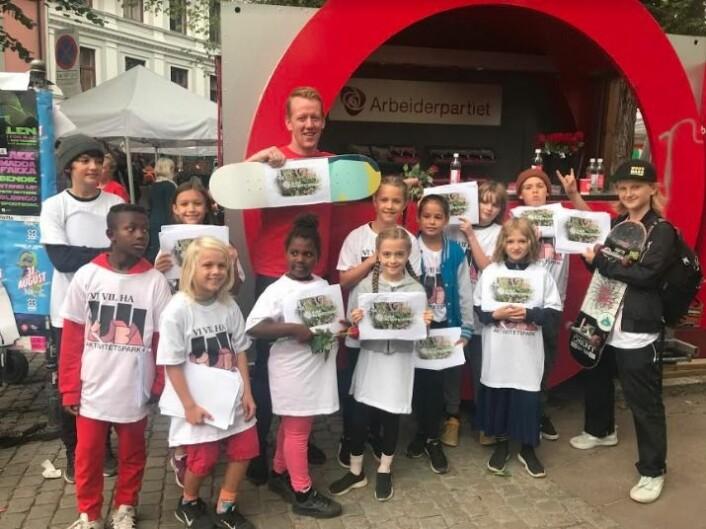 Arbeiderpartiet stiller velvillig opp sammen med ungdommene i valgkampen. Foto: Geir Listhaug