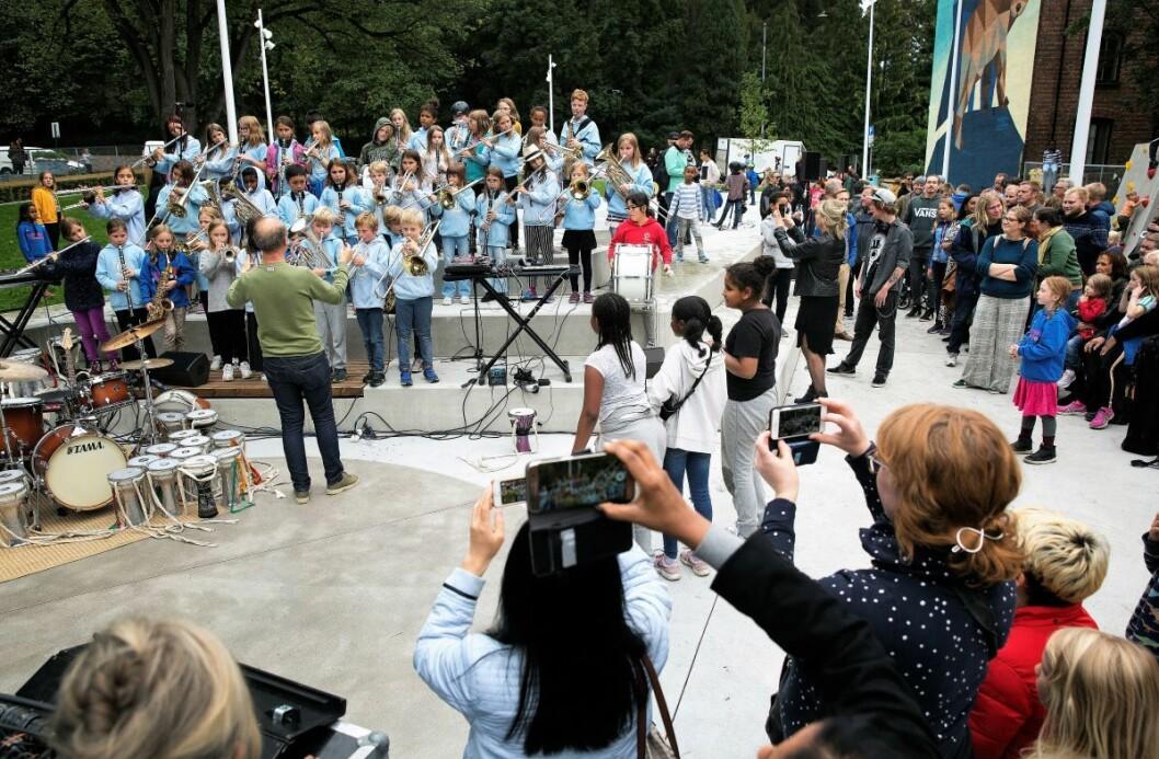 Til en åpningsseremoni kreves et korps. Her spiller Lakkegata skoles korps under åpningen av den nye skolegården. Foto: Sverre Chr Jarild