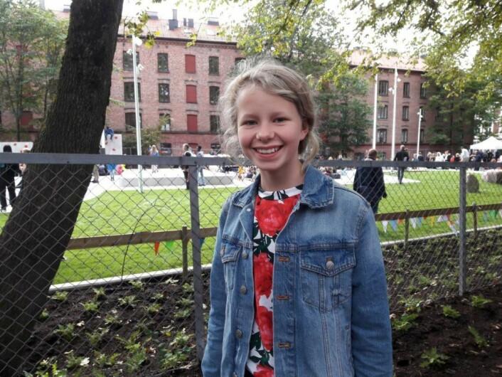 Hulda Holte (12) har tatt fatt på det siste skoleåret ved Lakkegata skole. Å se den nye skolegården ferdig, med skatepark og klatrevegger, er noe hun har sett fram til lenge. Foto: Anders Høilund