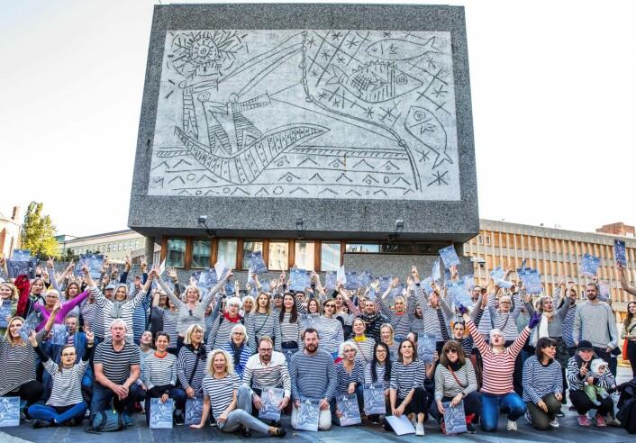 Demonstranter er samlet foran Y-blokka fredag for å markere og illustrere den massive motstanden mot vedtaket om riving. Foto: Ole Berg-Rusten / NTB scanpix