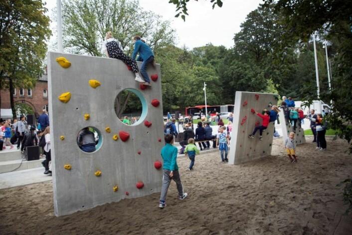 Klatrevegger er også på plass i den nye skolegården. Foto: Sverre Chr Jarild