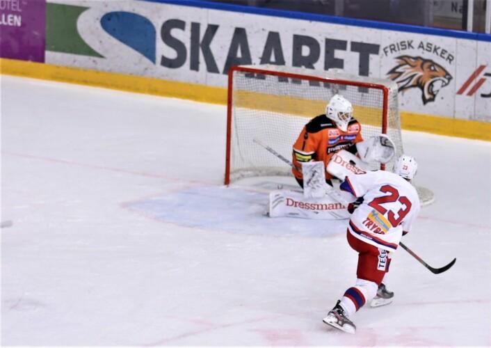 Mats Trygg klarte ikke å score alene med Frisk-keeperen. Foto: André Kjernsli
