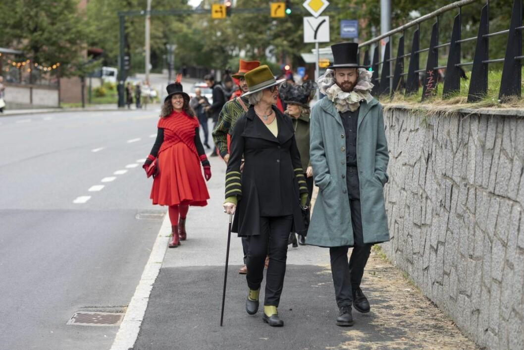 - De som har valgt å gå med hatt får det morsommere i livet, mener hattekunstner Mona Strand. Foto: Olav Helland