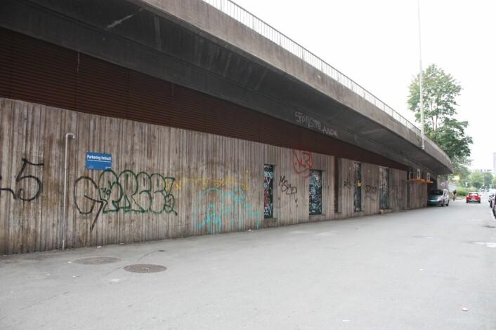 Slik så det ut på veggen før den ble malt. Foto: Skanska
