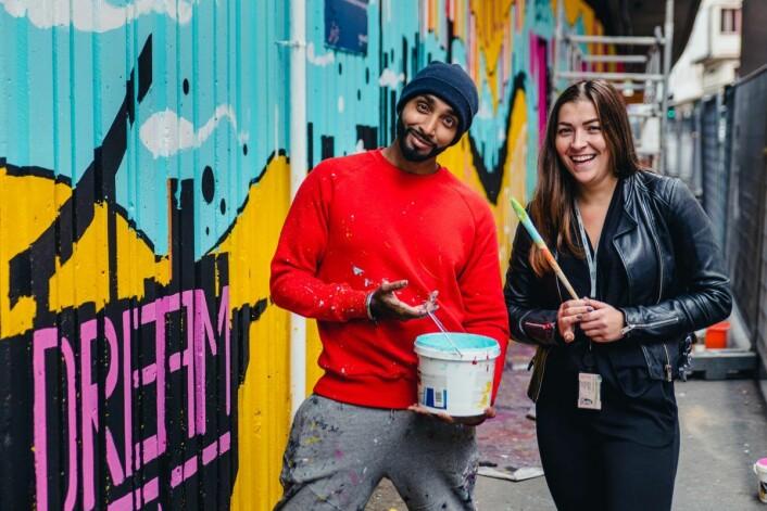 Kunstner Amandeep Singh og prosjektleder Eline Solheim. Foto: Skanska